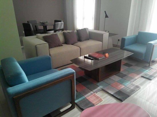 Ramada Hotel and Suites by Wyndham Dubai JBR: Attached kitchenette & salas
