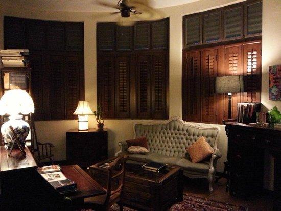 كامبل هاوس: Lounge area on second floor, where our room door faces.