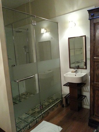 كامبل هاوس: Beautiful tiles in the shower