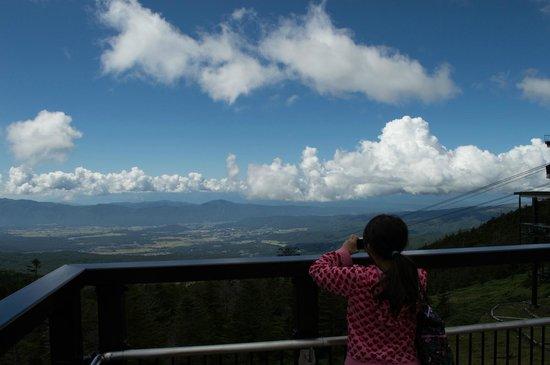 Kitayatsugatake Rope Way: 北八ヶ岳ロープウェイ 山頂駅展望デッキから茅野市街方面の眺望