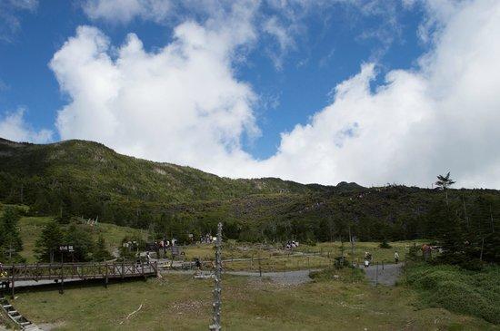 Kitayatsugatake Rope Way: 北八ヶ岳ロープウェイ 山頂駅展望デッキから坪庭方面の眺望