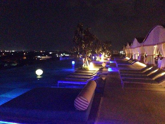 TS Suites Leisure Seminyak Bali: The pool at night