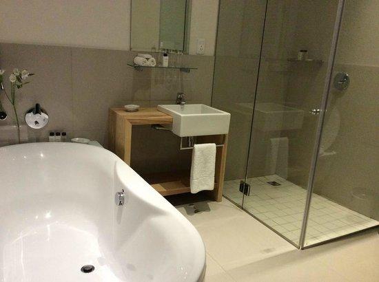 مور كوارترز هوتل: Bathroom