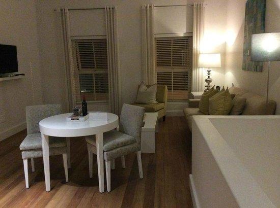 مور كوارترز هوتل: Lounge room