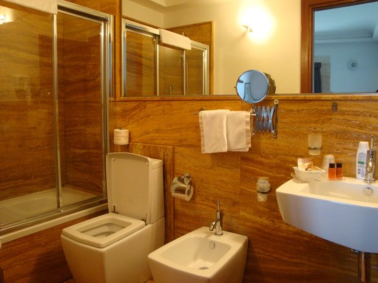رويال مانياتشي هوتل: Bathroom