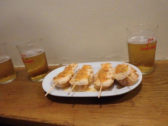 Bar Goiz Argi: エビの串焼きとチャコリ