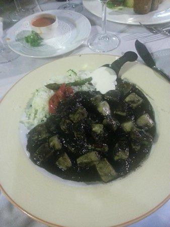 Atxuri: Calamari in salsa di nero con riso pilaff