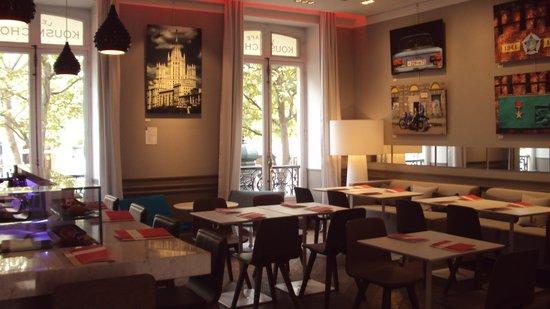 Le Café Kousmichoff: View onto the Champs Elysées
