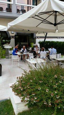 Enjoy Garda Hotel: dinner next to pool