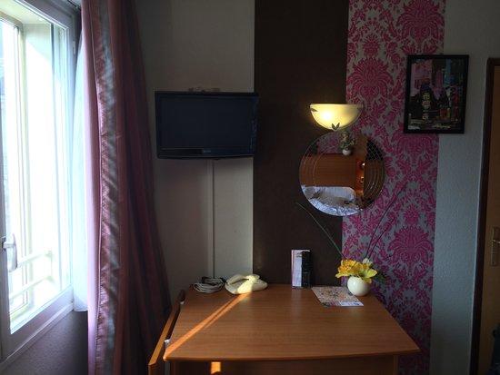 Residence Urbaneva: Tisch vorm Bett