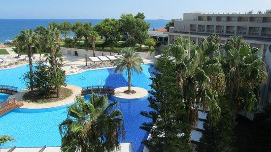ريكسوس بريميوم تيكينوفا: Büyük havuz ve Otel binası