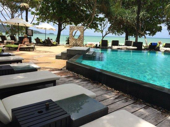 Impiana Resort Patong Phuket: プールサイド