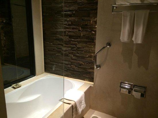 Impiana Resort Patong Phuket : バスルーム