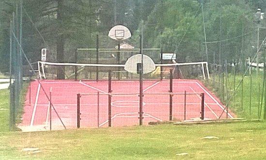 Centro sportivo: campo da basket e pallavolo