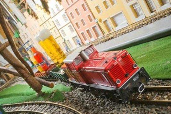 Gasthof Dueckinghaus: Zug fährt durch!!