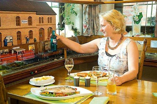 Gasthof Dueckinghaus: Getränkeservice per Modelleisenbahn