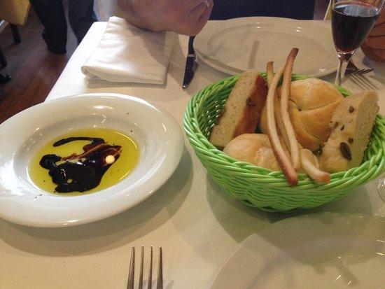 Trattoria Abruzzi : Cesto de pan con aceite y vinagre