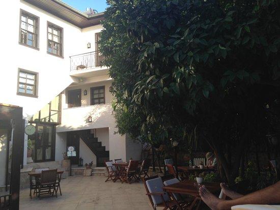 ديجا فو - سبيشال كلاس: Courtyard