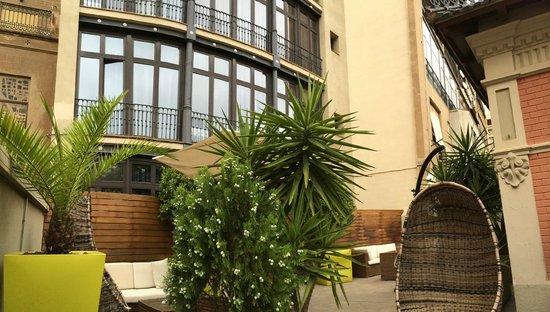 نيكستو: Seating area and rear of hotel
