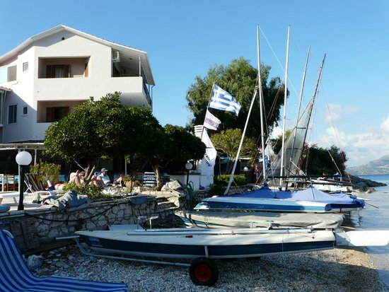 Nikiana Beach: Beach with boats and our room with its 2 balconies