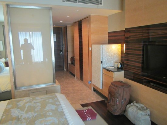 جيه دابليو ماريوت هوتل نيو دلهي إيروستي: Room and the sliding bathroom wall