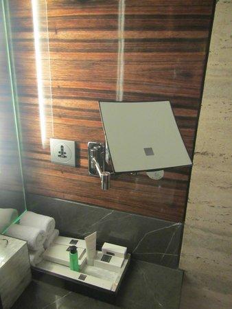 جيه دابليو ماريوت هوتل نيو دلهي إيروستي: One of the mirrors in bathroom