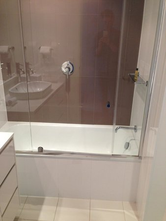 فندق هيلتون سيرفرز بارادايس ريزيدانسيز: second bathroom with bath