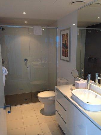 فندق هيلتون سيرفرز بارادايس ريزيدانسيز: shower