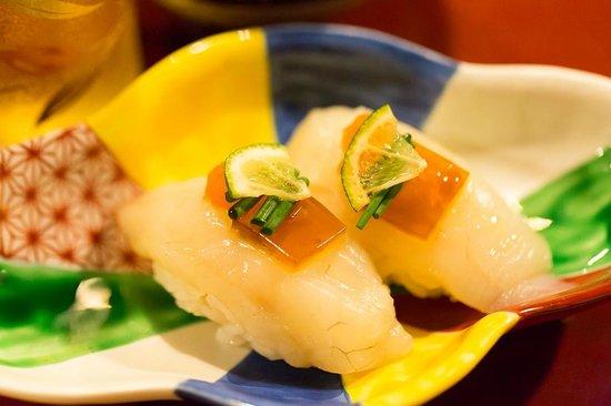 Kotobukiya: フグ寿司の上には煮こごりが