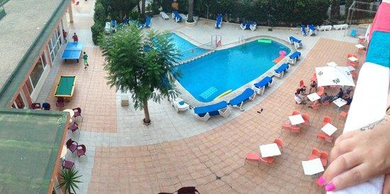 هوتل جالا بلاشيديا: pool area from mates balcony - we had a back few which was lovley!