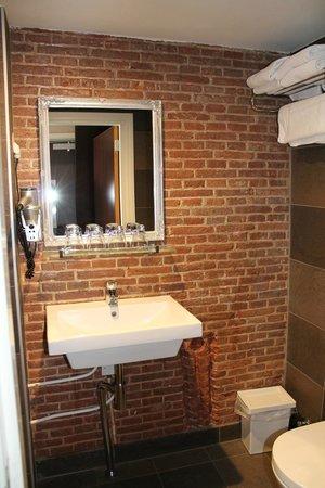 Hotel Cafe Corner House: Bagno completo di asciugacapelli