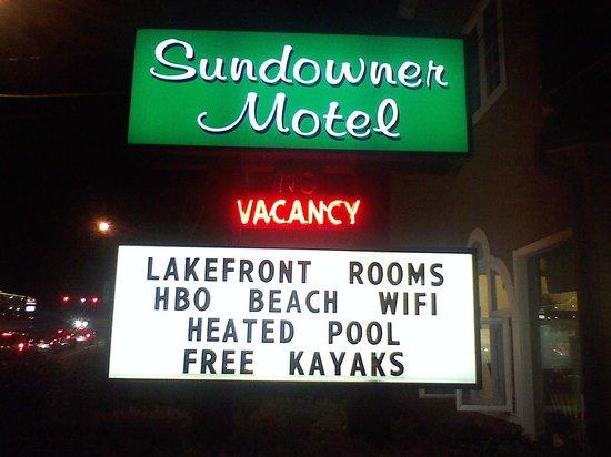 Sundowner Motel: Hot tub & kiddie pool too
