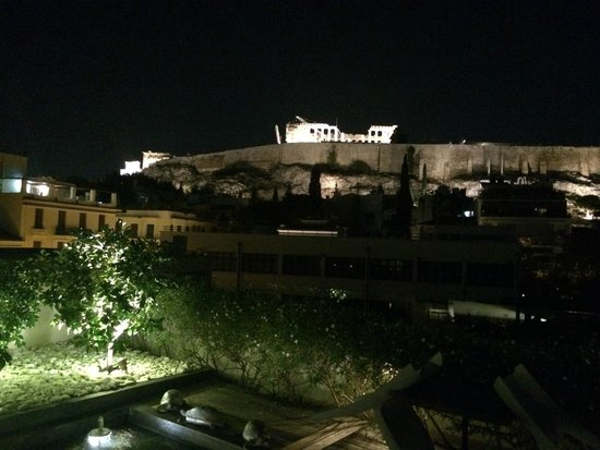 ‪هيروديون أثينا: roof top bar view towards Acropolis at night‬