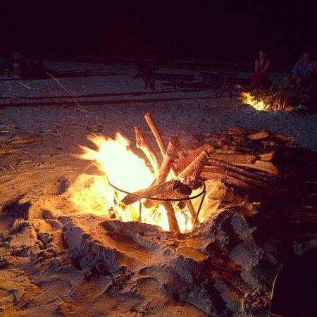 Breezes Beach Club & Spa, Zanzibar: feu de camp sur la plage