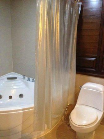 نورا بيتش ريزورت آند سبا: big bathtub