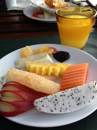 نورا بيتش ريزورت آند سبا: breakfast, choices of fruits