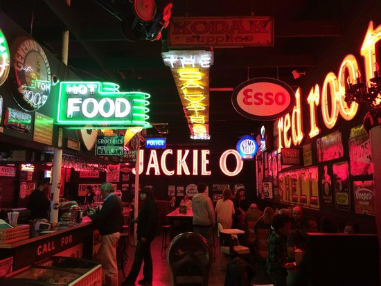 Fat Bob's Bar and Grill: View coming in the door