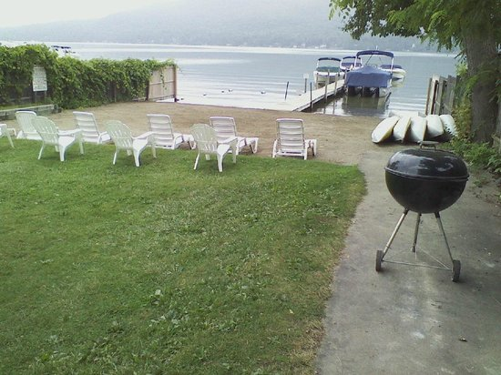 Sundowner Motel: Private sandy beach, free BBQ & boat use