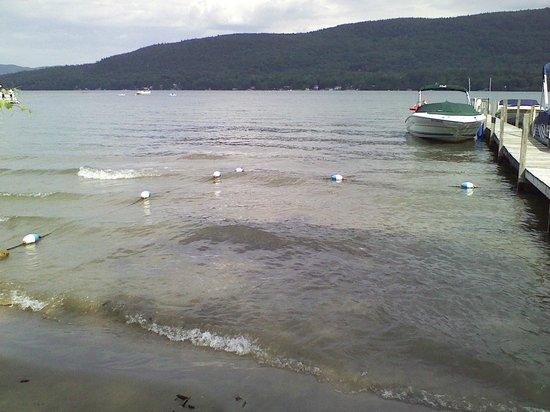 Sundowner Motel: Private sandy beach on beautiful Lake George
