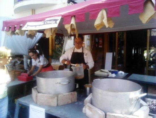 هوتل أنتيجو: Salvador cocinando para el pueblo medieval
