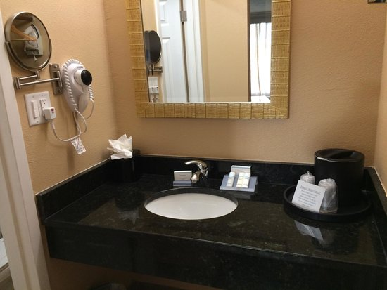 Red Lion Hotel Orlando - Kissimmee Maingate: Bathroom area - I couldn't find a speck of dirt or cracked paint or anything negative about this