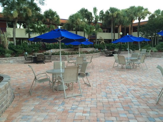 Red Lion Hotel Orlando - Kissimmee Maingate: Outside pool and dining area.  Restaurant brings your order anywhere on the grounds or to your r