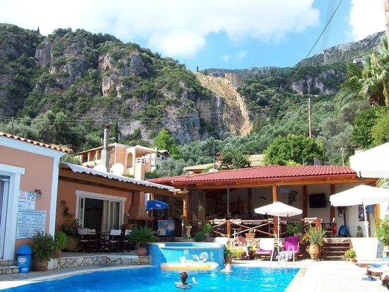 Angel's Pool Bar Apartments: Pool view