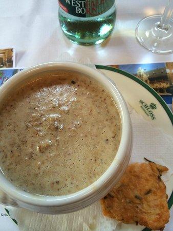 Schloss Restaurant Marienburg: Pfifferlings-Rahm-Suppe mit Parmesan-Chips
