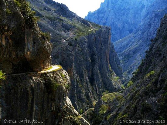 La Casona de Con: Entre muros de caliza se desliza el río Cares....