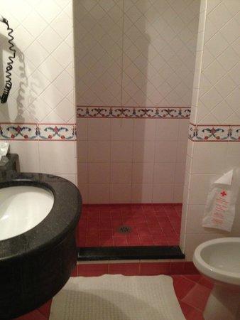 هوتل ريجينيلا بوزيتانو: bathroom