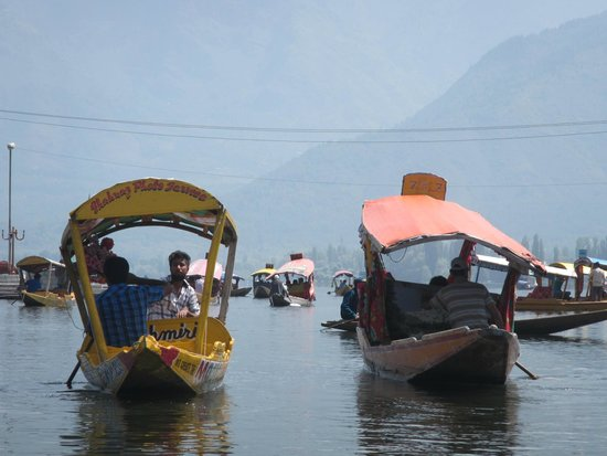‪فيفانتا باي تاج - دال فيو سريناجار: Shikara on the Dal Lake‬