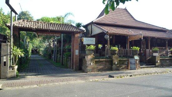 Puri Kelapa Garden Cottages: inrit met rechts restaurant