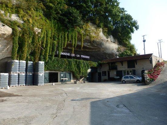 Domaine de la Perrière: l'entrée de la grotte ,et du magasin