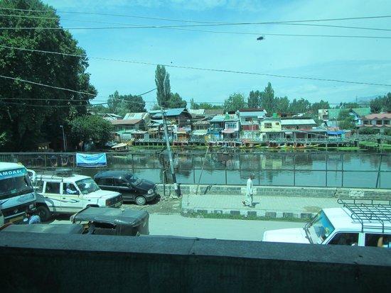 فيفانتا باي تاج - دال فيو سريناجار: The Dal Lake from our car